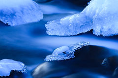 μπλε παγωμένος ποταμός Στοκ Φωτογραφία