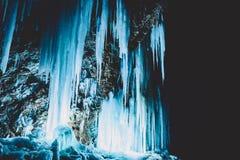 Μπλε παγωμένος στους βράχους τη νύχτα Όμορφη χειμερινή landscape Στοκ Φωτογραφία