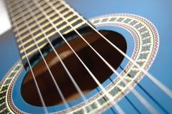 μπλε παιχνίδι συμβαλλόμενων μερών μουσικής κιθάρων Στοκ εικόνα με δικαίωμα ελεύθερης χρήσης