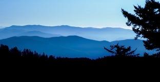 μπλε πανοραμική κορυφογραμμή βουνών στοκ εικόνα