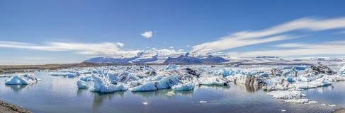 Μπλε πανόραμα λιμνοθαλασσών Jokulsarlon με τα παγόβουνα στοκ φωτογραφία με δικαίωμα ελεύθερης χρήσης