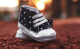 Μπλε παπούτσια μωρών μπροστά από την όμορφη φωτογραφία αποθεμάτων τοπίων στοκ φωτογραφία με δικαίωμα ελεύθερης χρήσης