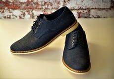 Μπλε παπούτσια τζιν ατόμων στοκ εικόνες με δικαίωμα ελεύθερης χρήσης
