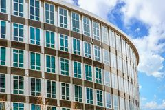 Μπλε παράθυρα στο καφετί και ασημένιο κυρτό κτήριο στοκ φωτογραφία με δικαίωμα ελεύθερης χρήσης