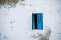 Μπλε παράθυρο στον άσπρο τοίχο Στοκ εικόνα με δικαίωμα ελεύθερης χρήσης