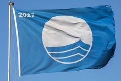 Μπλε παραλία σημαιών στην Πορτογαλία Στοκ Εικόνες