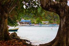 Μπλε παραλία της πόλης Sapzurro από μια άποψη που πλαισιώνεται από τα δέντρα Κολομβία, Chocà ³ στοκ εικόνες