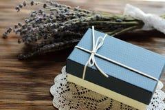 Μπλε παρόν κιβώτιο για το άτομο με lavender το λουλούδι στον ξύλινο πίνακα, β Στοκ Φωτογραφία