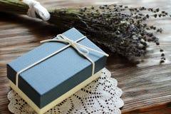 Μπλε παρόν κιβώτιο για το άτομο με lavender το λουλούδι στον ξύλινο πίνακα, β Στοκ φωτογραφία με δικαίωμα ελεύθερης χρήσης