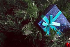 Μπλε παρόν κιβώτιο στη νέα παραμονή έτους στοκ φωτογραφία με δικαίωμα ελεύθερης χρήσης
