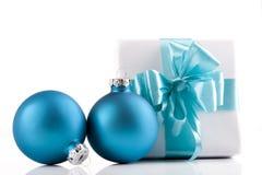 μπλε παρόν λευκό Στοκ εικόνα με δικαίωμα ελεύθερης χρήσης