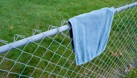 Μπλε πετσέτα στη φραγή στοκ εικόνες