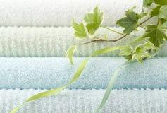μπλε πετσέτες λουτρών Στοκ Εικόνες