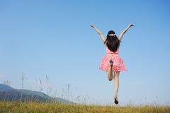 μπλε πηδώντας γυναίκα ουρανού Στοκ φωτογραφία με δικαίωμα ελεύθερης χρήσης