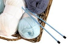 μπλε πλέκοντας άσπρο νήμα βελόνων Στοκ Φωτογραφία