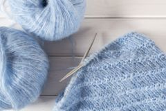 Μπλε πλέκοντας νήμα μαλλιού και πλέκοντας βελόνες Στοκ Εικόνες
