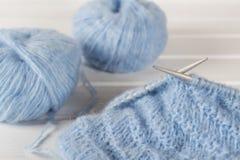 Μπλε πλέκοντας νήμα μαλλιού και πλέκοντας βελόνες Στοκ Εικόνα