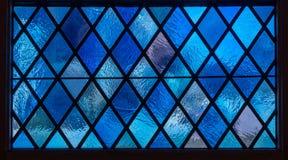 Μπλε πλακάκια διαμαντιών στο λεκιασμένο παράθυρο γυαλιού στην αμερικανική καθολική εκκλησία στοκ φωτογραφία με δικαίωμα ελεύθερης χρήσης