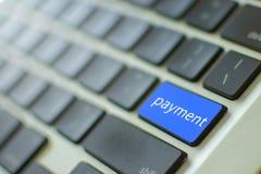Μπλε πληκτρολόγιο με το σε απευθείας σύνδεση αριθμητικό πληκτρολόγιο πληρωμής Σε απευθείας σύνδεση έννοια πληρωμής στοκ εικόνες