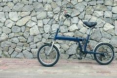 Μπλε ποδήλατο με το υπόβαθρο πετρών, εκλεκτής ποιότητας φίλτρο επίδρασης στοκ φωτογραφία με δικαίωμα ελεύθερης χρήσης