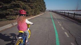 Μπλε ποδήλατο πενταλιών παιδιών στο παλαιό πάρκο φιλμ μικρού μήκους