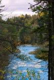 Μπλε ποταμός νερού με μερικά ορμητικά σημεία ποταμού Στοκ Εικόνα