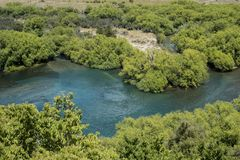 Μπλε ποταμός νερού στο πράσινο δασικό τοπίο στοκ φωτογραφία