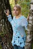 μπλε πουλόβερ κοριτσιών Στοκ φωτογραφίες με δικαίωμα ελεύθερης χρήσης