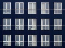 Μπλε πρόσοψη ενός σύγχρονου κτιρίου γραφείων με τα μεγάλα και φωτεινά παράθυρα Στοκ φωτογραφίες με δικαίωμα ελεύθερης χρήσης