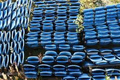 Μπλε πτυχές σταδίων περίπτερων επάνω στην πλαστική εναέρια άποψη καθισμάτων που αποθηκεύεται άνωθεν για το γεγονός έκθεσης στοκ φωτογραφία με δικαίωμα ελεύθερης χρήσης