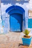 Μπλε πόλης οδός Chefchaouen με τα σκαλοπάτια Μαρόκο Στοκ φωτογραφίες με δικαίωμα ελεύθερης χρήσης