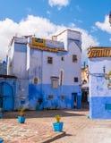 Μπλε πόλης οδός Chefchaouen με τα σκαλοπάτια Μαρόκο Στοκ φωτογραφία με δικαίωμα ελεύθερης χρήσης
