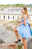 μπλε Πόλκα θέσης κοριτσιώ& Στοκ φωτογραφία με δικαίωμα ελεύθερης χρήσης