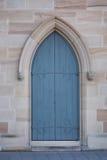 Μπλε πόρτα εκκλησιών που τίθεται σε μια αψίδα ψαμμίτη στοκ φωτογραφίες με δικαίωμα ελεύθερης χρήσης