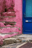 Μπλε πόρτα κοντά στα ρόδινα σκαλοπάτια Στοκ Εικόνα