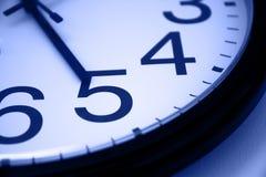 μπλε ρολόι πέντε ο Στοκ Φωτογραφίες