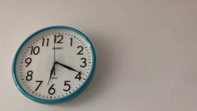 Μπλε ρολόι τοίχων χρώματος απόθεμα βίντεο