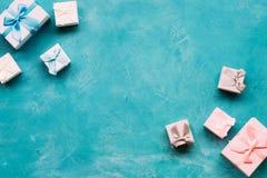 Μπλε ρόδινη παρούσα διαφορά φύλου κιβωτίων δώρων Στοκ φωτογραφίες με δικαίωμα ελεύθερης χρήσης