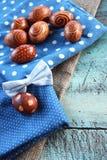 Μπλε ρύθμιση αυγών Πάσχας στο παλαιό γραφείο Στοκ Φωτογραφίες