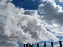 μπλε ρύπανση εργοστασίων ανασκόπησης αέρα Καπνίζοντας σωλήνες Στοκ Φωτογραφίες