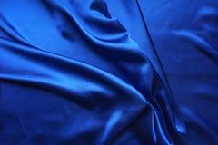 Μπλε σατέν, μεταξωτό ύφασμα, κύμα, υφασματεμπορίες Όμορφο υφαντικό σκηνικό Κινηματογράφηση σε πρώτο πλάνο Τοπ όψη Στοκ εικόνες με δικαίωμα ελεύθερης χρήσης