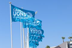 Μπλε σημαίες για το φεστιβάλ δημιουργικότητας λιονταριών των Καννών Στοκ φωτογραφία με δικαίωμα ελεύθερης χρήσης