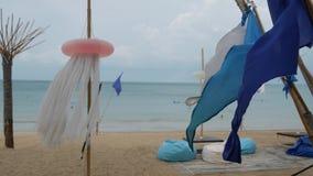Μπλε σημαίες που κυματίζουν στον αέρα Μικρές τριγωνικές μπλε σημαίες που κυματίζουν στον αέρα στο νεφελώδη καιρό στην τροπική παρ απόθεμα βίντεο