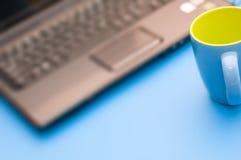 μπλε σημειωματάριο φλυτζανιών Στοκ φωτογραφία με δικαίωμα ελεύθερης χρήσης