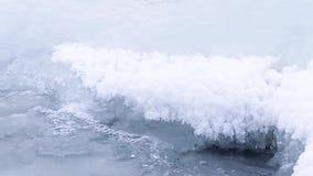 Μπλε σκηνικό Δασικός χειμερινός κολπίσκος Πάγος-καλυμμένος καταρράκτης Ρεύμα κολπίσκου ποταμών χειμερινού mounta στον ποταμό κολπ φιλμ μικρού μήκους