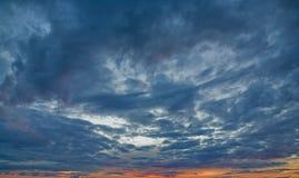 μπλε σκοτεινός ουρανός σύννεφων στοκ φωτογραφία με δικαίωμα ελεύθερης χρήσης