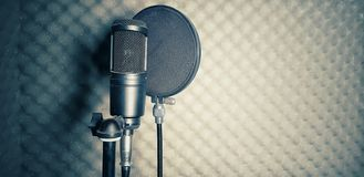 μπλε σκοτεινό ελαφρύ στούντιο μικροφώνων στοκ εικόνες