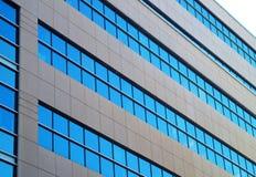 Μπλε σκυρόδεμα γωνίας παραθύρων κτιρίου γραφείων Στοκ φωτογραφία με δικαίωμα ελεύθερης χρήσης