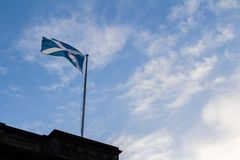 Μπλε σκωτσέζικα εμβλήματα που κυματίζουν στον ουρανό στοκ εικόνες με δικαίωμα ελεύθερης χρήσης