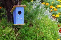Μπλε σπίτι πουλιών Στοκ εικόνα με δικαίωμα ελεύθερης χρήσης